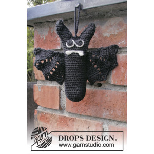 Mr. Fang by DROPS Design - Halloween Pynt Hekleoppskrift 16cm