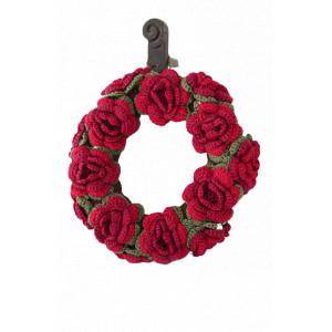 Christmas in Bloom by DROPS Design - Julekrans med blomster Hekleoppskrift 22 cm