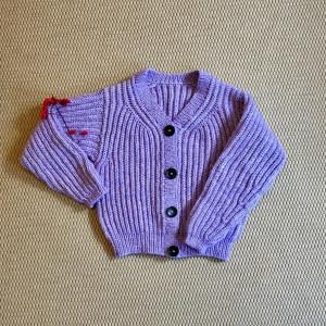 Soft Lavendel Cardigan av Rito Krea - Jakke Strikkeoppskrift str. XS-L