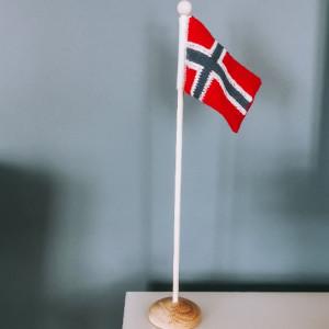 Norgesflagg av Rito Krea - Flagg Strikkeoppskrift 14x10cm