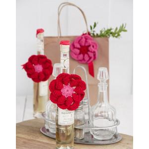 Festive Flowers by DROPS Design - Blomst Hekleoppskrift Ø 8 cm