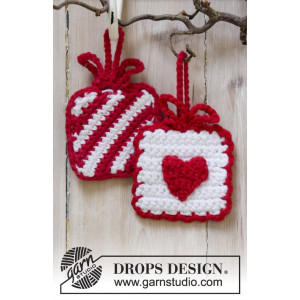Hanging Gifts by DROPS Design - Julepynt Hekleoppskrift 7x7 cm