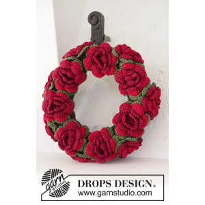 Christmas in Bloom by DROPS Design - Julekrans med blomster Hekleoppskrift 22 cm