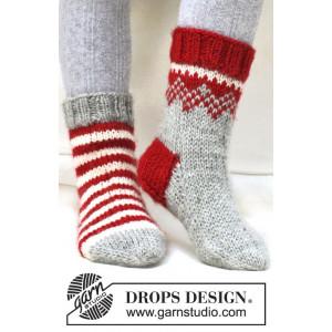 Twinkle Toes by DROPS Design 2 - Julesokker Vinrød og Natur striper Strikkeopskrift str. 22/23 - 41/43